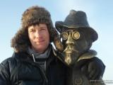 В обнимку с памятником Чехову