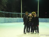 Конькобежцы на хоккейной коробке