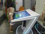 Девочка у интерактивного стола