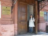 Девушка выходит из музея