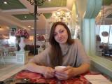 Фото девушки в кафе