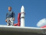 Мальчик на крыле самолета