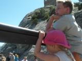 Мальчик и девочка у ограды площадки