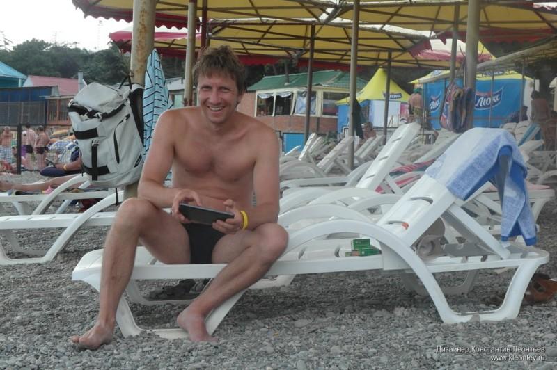 Мужчина с планшетом на пляже