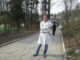 Девушка в белом плаще