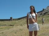 Девушка на фоне крепости