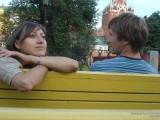 Девушка с парнем на скамейке