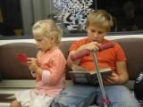 Дети читают в метро