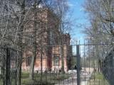 Красный дом за оградой