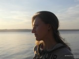 Девушка в лучах заходящего солнца
