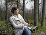 Девушка на скамейке в парке