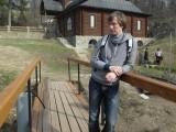 Парень на деревянном мостике