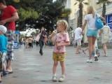 Девочка с мороженым в Ялте