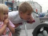 Дети рассматривают бабочку