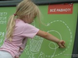 Девочка рисует на скамейке