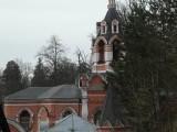 Церковь за деревьями