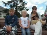 Девушка и дети в парке