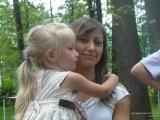 Девушка с ребенком на руках