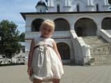Девочка у церкви