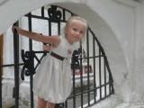 Девочка у старинной решетки
