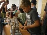 Мальчик крутит ручку электромашины