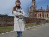 Девушка на фоне собора