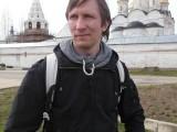 Мужчина на фоне монастыря