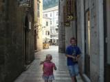 Дети на старинной улочке в Которе