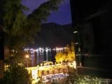 Вид из окна на ночной залив