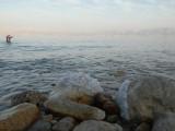 Кристаллы соли на берегу