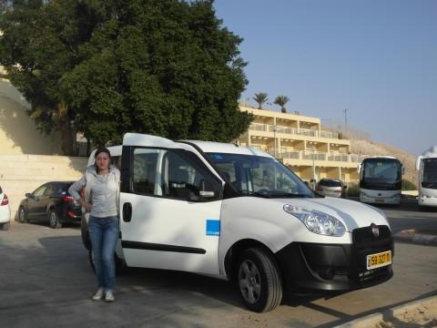 Арендованный Fiat Doblo на парковке у Bet Sara Youth Hostel