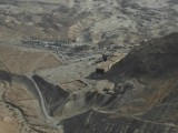 Вид сверху на туристический центр у подножия Масады