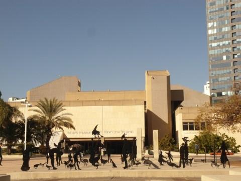 Скульптуры перед музеем в Тель-Авиве