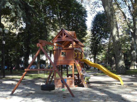Детская площадка в сквере Бестужева с другой стороны