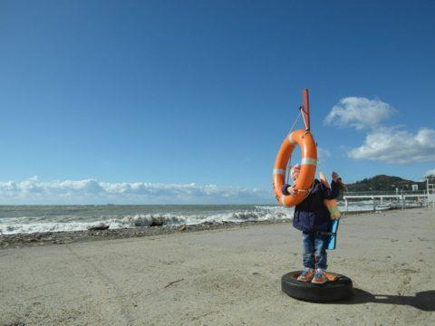 Спасательные круги на пляже в Хосте.