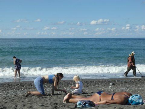 Типичная картина на пляже Адлера.