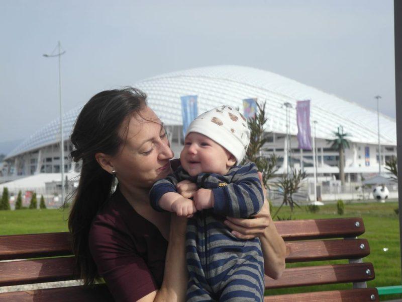 Лева с мамой на привале напротив стадиона Фишт