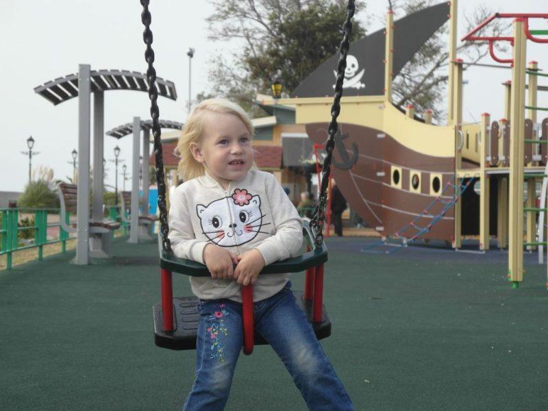 На детской площадке на набережной напротив стадиона Фишт