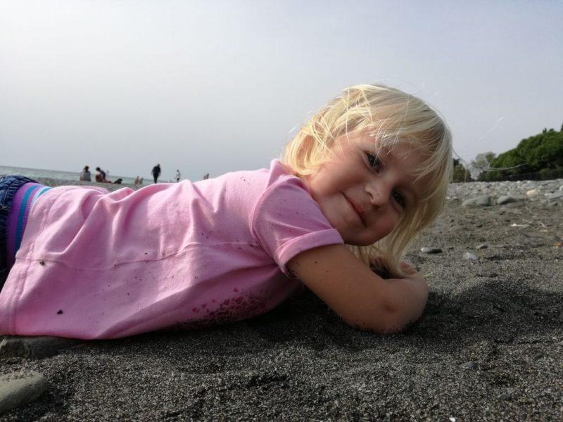 Алиса валяется на пляже в Имеретинке