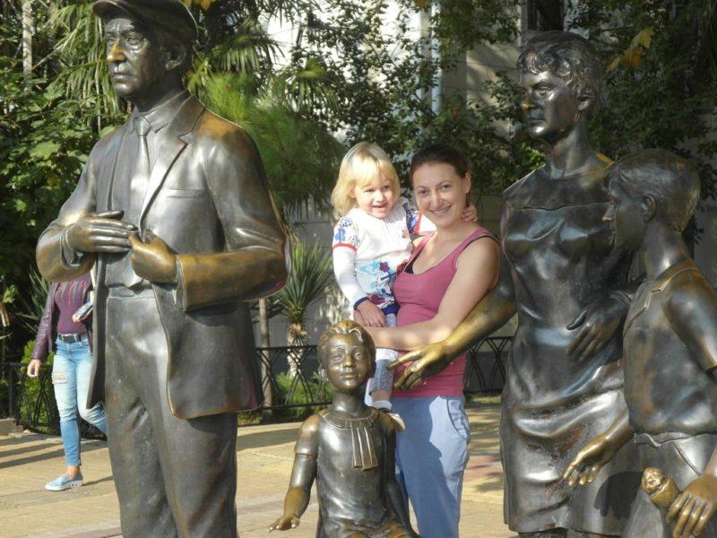 Скульптуры героев Бриллиантовой руки у морского вокзала