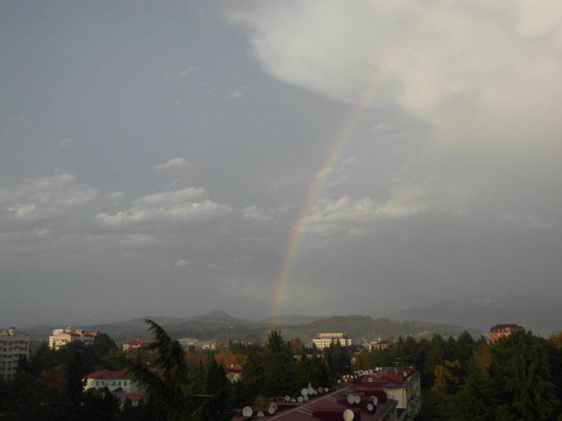 Радуга на фоне гор в Адлере