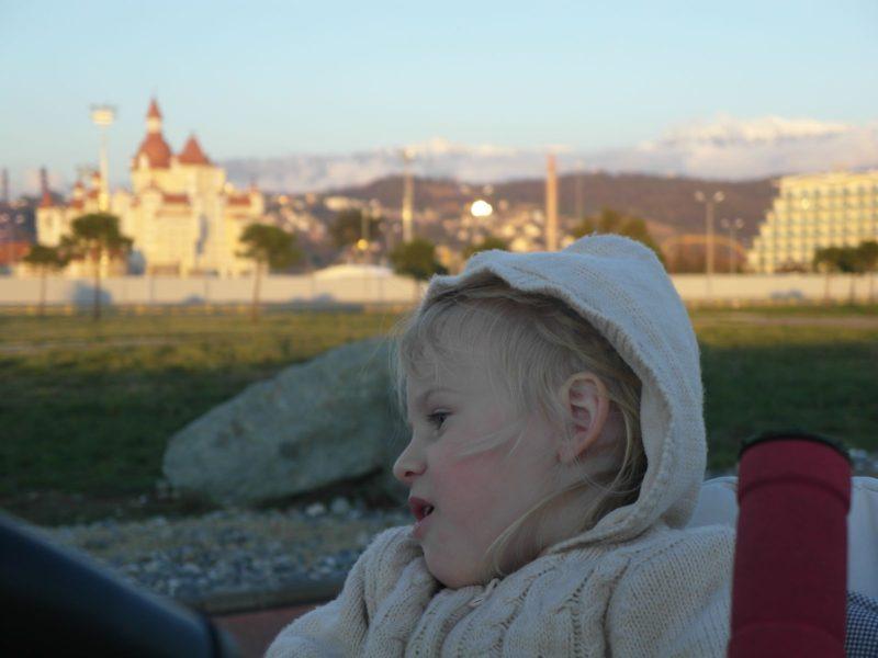 Алиса путешествует в Левиной коляске