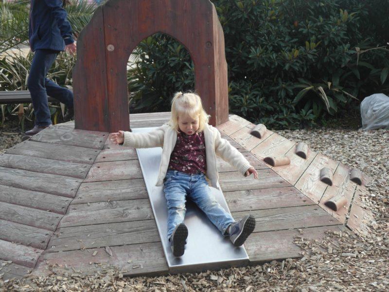 Такая вот горка для малышей в Сочи-парке, 16 февраля