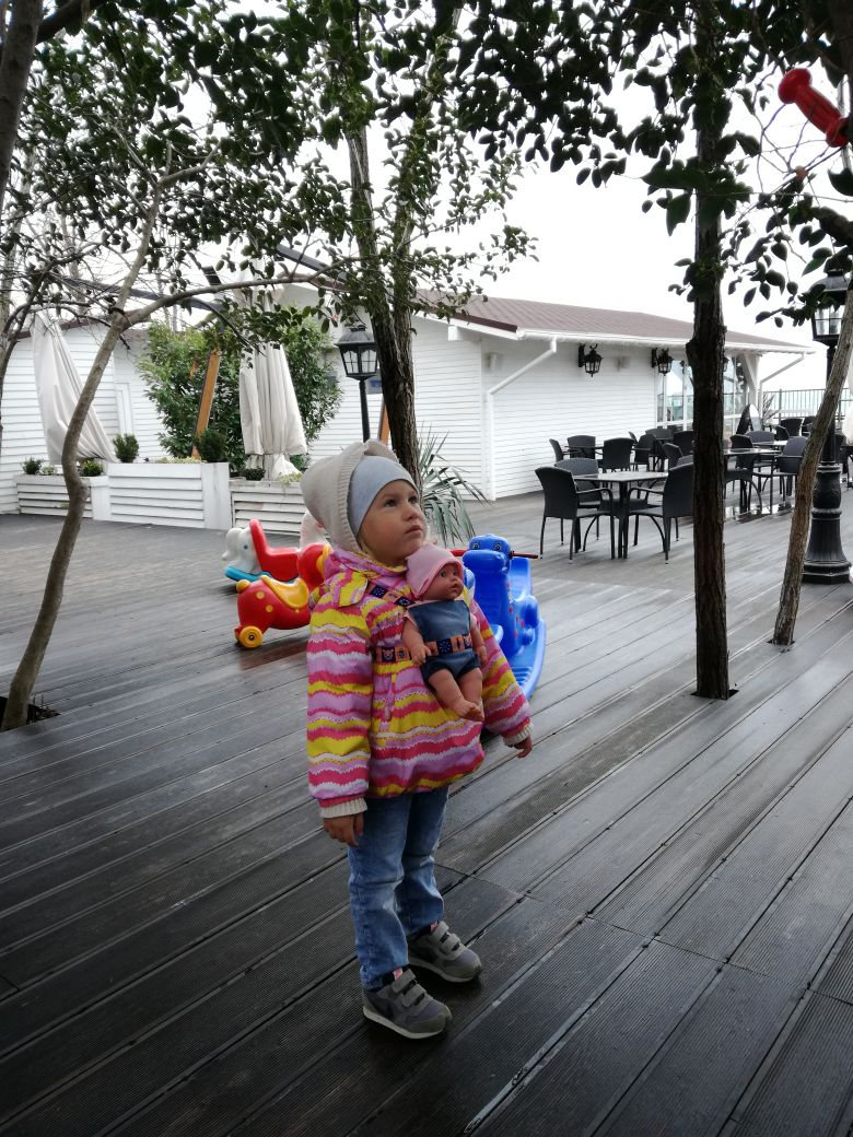 Молодая мама на детской площадке, 5 марта